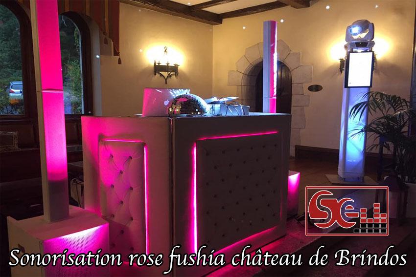 exemple de sonorisation podium dj au château de Brindos rose fushia