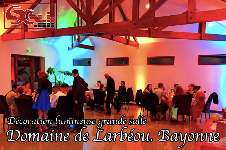 decoration lumineuse ambre cyan grande salle domaine larbeou